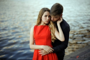 Девушка в красном платье с парнем