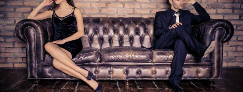 Парень с девушкой на диване