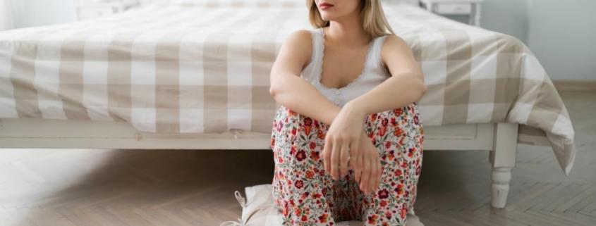 Одинокая женщина возле дивана
